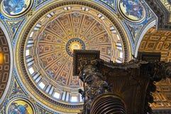 Inre av Sts Peter basilika i Vaticanen. Royaltyfria Foton
