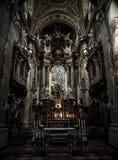 Inre av Sts Peter kyrka, Wien, Österrike i mörk signal Arkivfoton