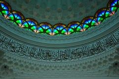 Inre av Sultan Abdul Samad Mosque (KLIA-moskén) Arkivbilder