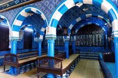 Inre av synagogan f?r El Ghriba i Houmt Souk, Tunisien arkivbild