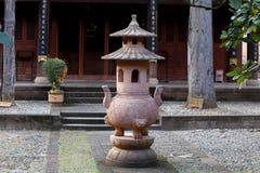 Inre av templet av byn av Shaxi Denna stad är antagligen den mest intakta hästhusvagnstaden på den forntida teroen royaltyfria foton