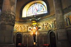 Inre av templet Expiatori del Sagrat Cor. Inom kryptan. fotografering för bildbyråer