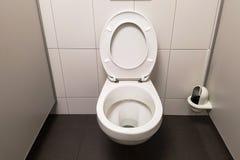 Inre av toalettrum Arkivbild