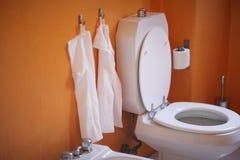 Inre av toalettrummet Arkivfoto