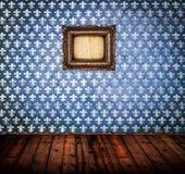 Inre av trägolvet för tom antik rumwoth och den blåa damast väggen med ramen royaltyfri bild