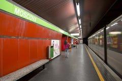 Inre av tunnelbanastationen i Milan Arkivbild