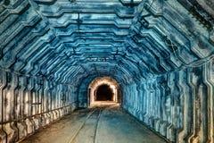 Inre av tunnelen i övergiven kolgruva Arkivfoto