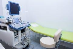 Inre av undersökningsrum med ultraljudsundersökningmaskinen i sjukhus Selektivt fokusera royaltyfria foton