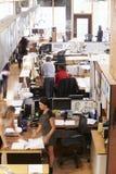 Inre av upptagna arkitekts kontor med personalarbete royaltyfri bild