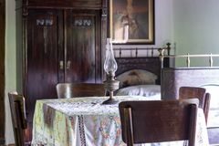 Inre av vardagsrum i gammalt traditionellt lantligt tr?hus royaltyfri fotografi