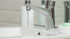 Inre badrumbild med vatten som flödar i vasken stock video