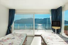 Inre bekvämt sovrum Arkivbild