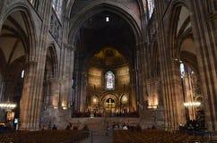 Inre beskåda av den medeltida domkyrkan av Strasbourg arkivfoton