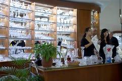 Den bohemiska kristallen shoppar i Prague Arkivbilder