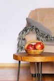 Inre beståndsdelar - stol, filt, kaffetabell Royaltyfri Foto