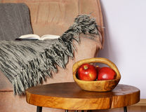 Inre beståndsdelar - stol, filt, kaffetabell Arkivfoto