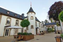 Inre borggård av ett hemtrevligt hotell, en slott, i Luxembourg Royaltyfri Bild
