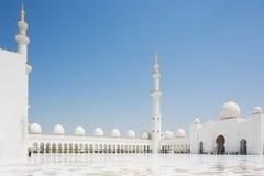 Inre borggård av Sheikh Zayed Mosque Royaltyfri Foto