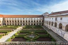 Inre borggård för trädgårds- garnering av slotten Alcobaca royaltyfri foto