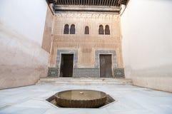 Inre borggård med det väl huvudet, Alhambra Palace Arkivbild