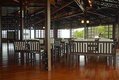 Inre dekor av den lyxiga tropiska restaurangen för ösemesterort Royaltyfri Foto