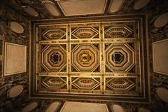 Inre dekorerade taket av rum i det historiska huset Royaltyfria Foton