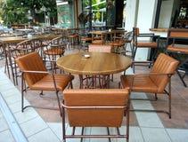 Inre desingn av en kaférestaurang, brunt bordlägger och stolar royaltyfri foto