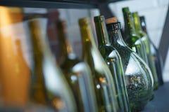 Inre detaljer är antika och dekorativa glasflaskor av olika färger Arkivfoton