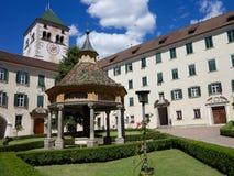 Inre domstol av den Novacella abbotskloster i södra Tyrol, Italien Royaltyfri Bild
