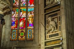 Inre inre Duomodi Milano; stainglass väggskulptur Royaltyfria Bilder