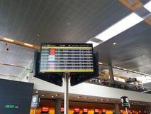 Inre eller insida av flygplatsen El Dorado i Bogota med den internationella turisten och piloten av t royaltyfria bilder