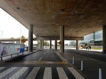 Inre eller insida av flygplatsen El Dorado i Bogota med den internationella turisten och piloten av t arkivfoton