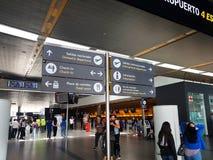 Inre eller insida av flygplatsen El Dorado i Bogota med den internationella turisten och piloten av t royaltyfri bild