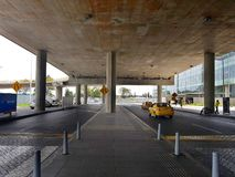 Inre eller insida av flygplatsen El Dorado i Bogota med den internationella turisten och piloten av t arkivfoto