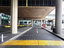 Inre eller insida av flygplatsen El Dorado i Bogota med den internationella turisten och piloten av t royaltyfri foto