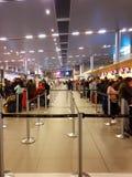 Inre eller insida av flygplatsen El Dorado i Bogota med den internationella turisten och piloten av t royaltyfri fotografi