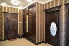 inre En korridor i bruna signaler arkivfoto