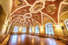 Inre: en korridor med målningar royaltyfri foto
