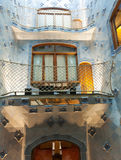 Inre fönster i inre av casaen Batllo arkivbilder