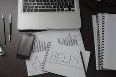 Inre för affärsidéen för kontorsskrivbordet och kontorstabellmed handstil HJÄLPER Royaltyfri Foto