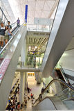 Inre för den Hong Kong tunnelbanastationen hand-rymde hissen och korridoren Royaltyfria Foton