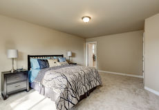 Inre för enkel design av beigea kvinnas sovrum royaltyfria bilder