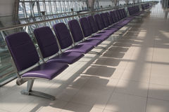 Inre för flygplatsterminal med rader av tomma platser, stadssikt Arkivfoto