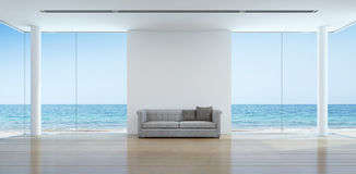 Inre för havssiktsvardagsrum i modernt strandhus Arkivbilder