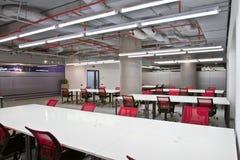 Inre för konferensrum med tomma stolar och en projektorskärm Royaltyfri Foto