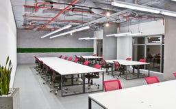 Inre för konferensrum med tomma stolar och en projektorskärm Arkivfoton