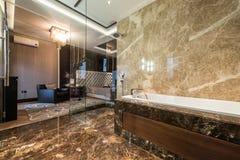 Inre för ledar- sovrum med det lyxiga badrummet royaltyfri fotografi