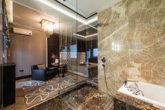 Inre för ledar- sovrum med det lyxiga badrummet fotografering för bildbyråer