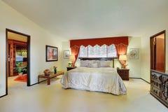 Inre för ledar- sovrum med eleganta röda gardiner Arkivfoton