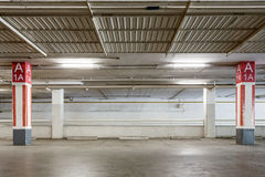 Inre för parkeringsgarage, industribyggnad, tom tunnelbana p Arkivfoton